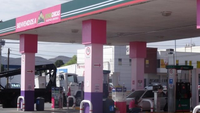Vuelven las Rendichicas: vivitas y despachando gasolina